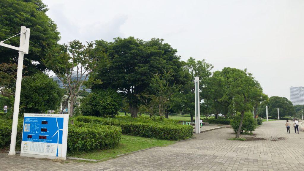 臨港パーク内部。タイル貼りの歩道があり、奥に芝生のある場所がある。