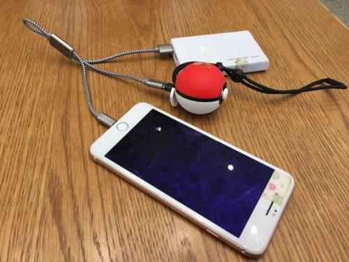 micro USB B-typeの先に、Type-Cへの変換アダプタをつけてモンスターボールPLUSを同時に充電している様子