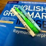 ENGLISH GRAMMER IN USEにペンが載っている写真