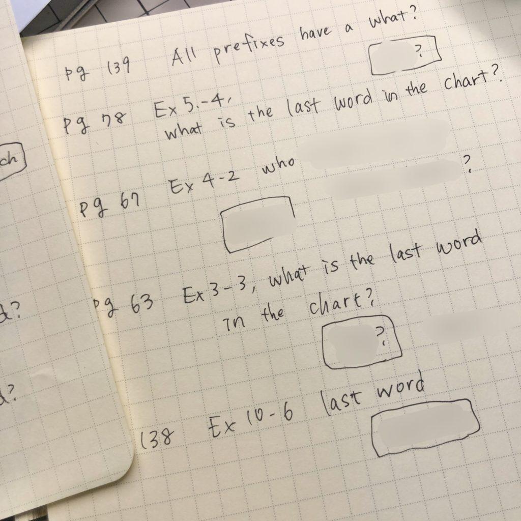 American Accent Trainingの音声ダウンロードクイズの問題がいくつか書き出してある紙。答えはモザイクがかけられている。
